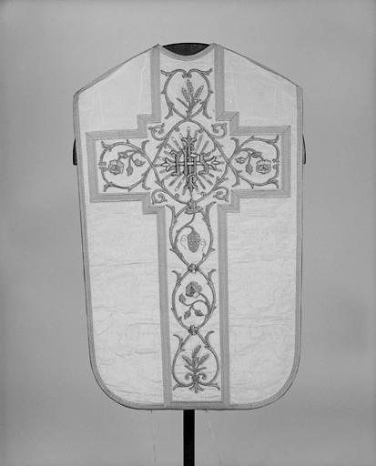 Ornement blanc : chasuble, 2 dalmatiques, 2 étoles, 3 manipules, voile de calice, bourse de corporal