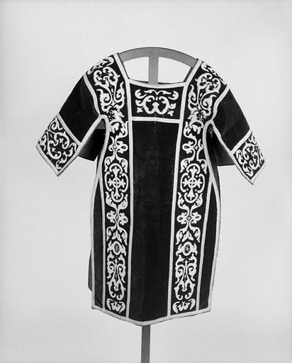 Ornement noir : chasuble, 2 dalmatiques, 2 étoles, 3 manipules, voile de calice, bourse de corporal