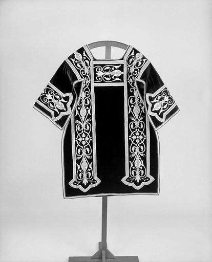 Ornement noir : 2 chasubles, 2 dalmatiques, chape, 2 étoles, 2 manipules, voile de calice, bourse de corporal