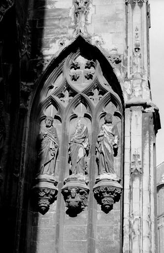 12 statues : les Evangélistes, saint Paul et divers Apôtres
