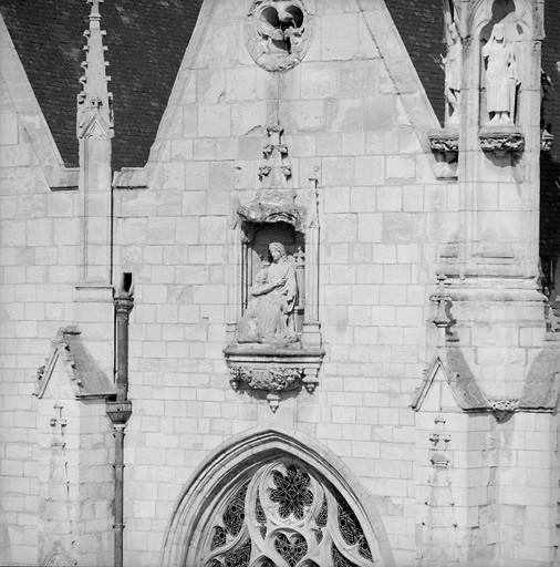 7 statues : les Vertus théologales, le Sacré-Coeur, la Trinité, la Vierge, Notre-Dame des Malades