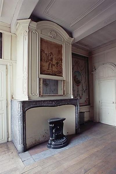 Ensemble du décor de la salle des bateliers (plafond, lambris de hauteur, lambris d'appui, placards (2), manteau de cheminée, trumeau de cheminée, dessus-de-porte, tableau) ; Maison de la corporation des bateliers de Condé, actuellement presbytère