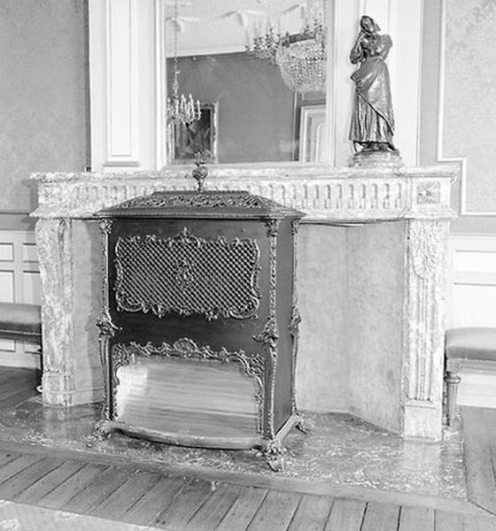 Manteau de cheminée du grand salon ; Poêle de chauffage de style rocaille
