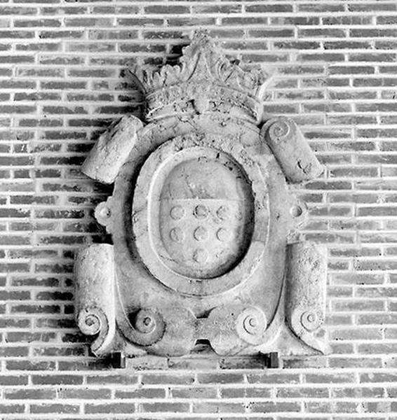 Demi-relief, élément d'architecture à motif héraldique