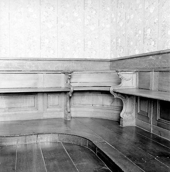 Ensemble de l'aménagement de l'espace du tribunal de la salle des mariages (clôture, lambris de hauteur, lambris d'appui, bancs)
