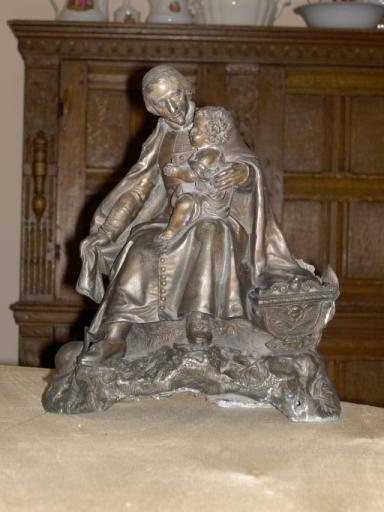 Statuette : Saint Vincent de Paul tenant un enfant