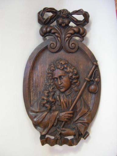 2 bas-reliefs (médaillons) : Saint Jacques le Majeur, Sainte Elisabeth de Hongrie donnant ses bijoux et ses couronnes aux pauvres