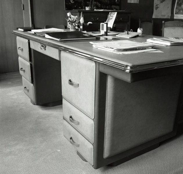 Ensemble de mobilier de bureau (2 chaises, 6 fauteuils, une table de téléphone, 2 bureaux, une armoire, une armoire-bibliothèque)