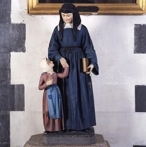 Groupe sculpté : Une Fille de la Charité tenant une petite fille par la main