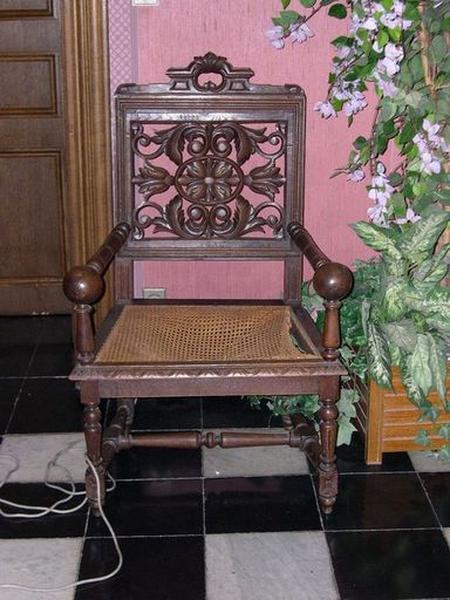 Ensemble de 8 chaises et un fauteuil de style Louis XIII