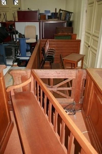 Estrade, table, 5 tables à écrire, 14 bancs, 3 garde-corps, pupitre, fauteuil