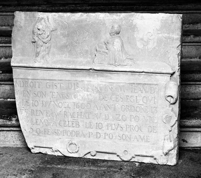 Dalle funéraire du chanoine Jean du Beloy