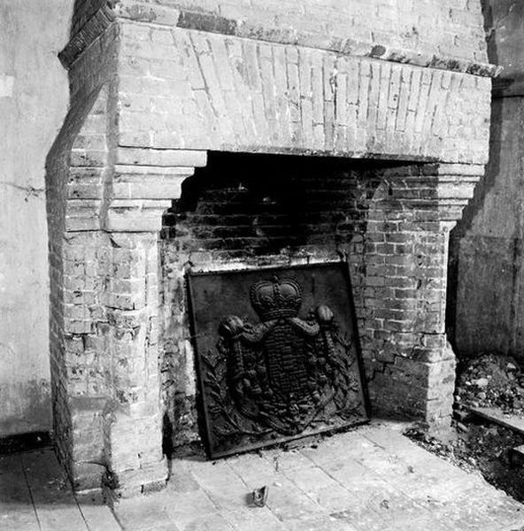 Hotte et manteau de cheminée ; Plaque de cheminée