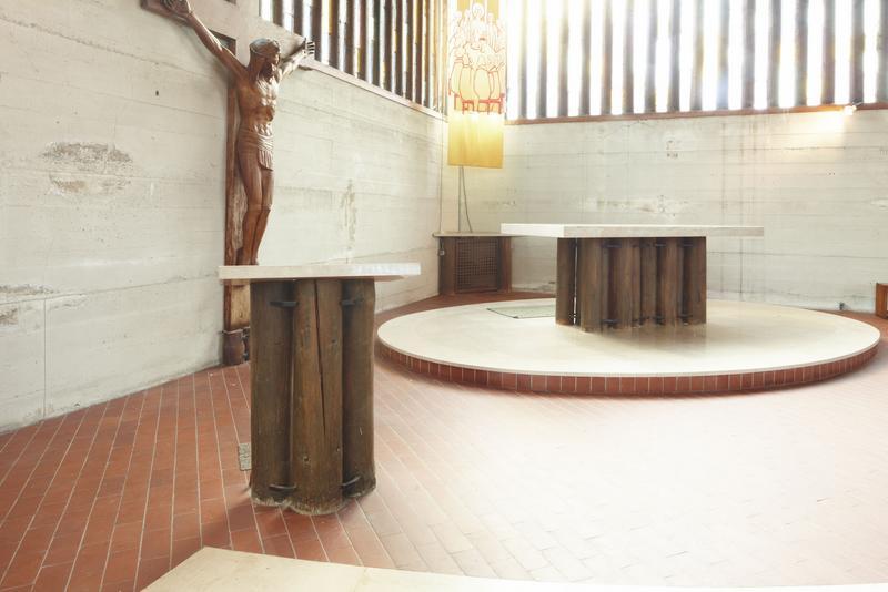 Ensemble de l'autel, du tabenacle, du lutrin, du bénitier, de l'armoire de choeur et des socles des statues de la Vierge et du Christ en croix