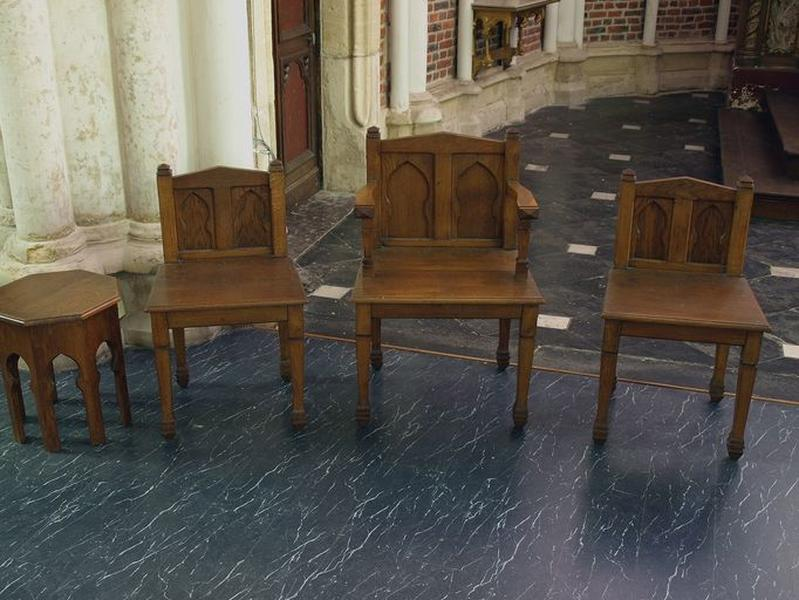 Ensemble du mobilier du choeur : 8 tabourets, 2 chaises et 1 fauteuil