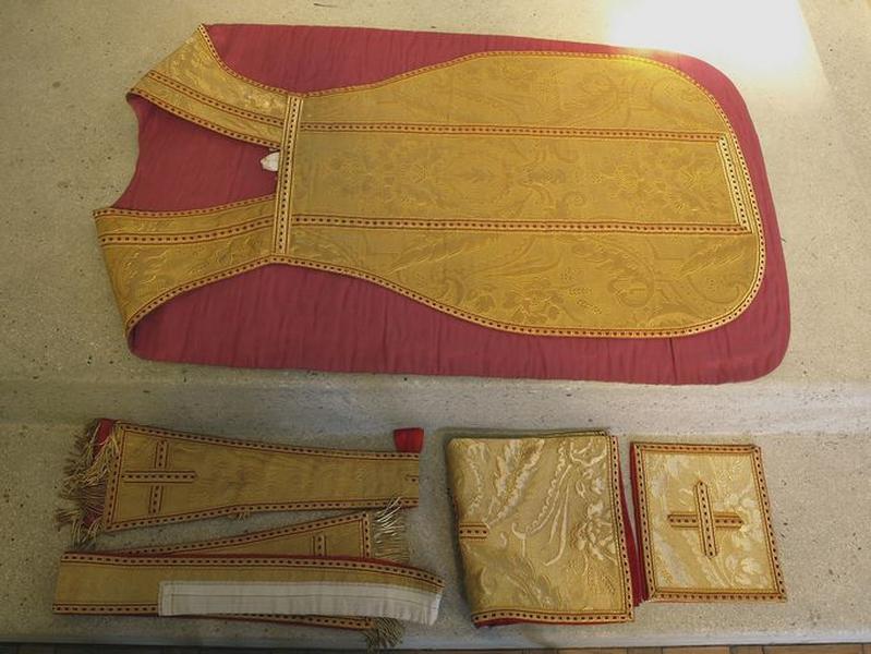 Ensemble de 2 chasubles, étoles, bourses de corporal, manipule (ornement vert ; ornement doré)