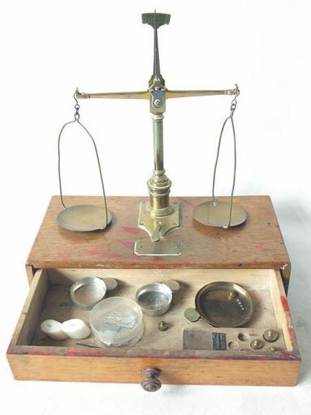 Balance pharmaceutique avec tiroirs, poids, instruments (No 1)