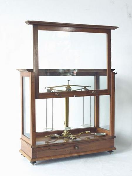 Balance pharmaceutique avec tiroirs, poids, instruments (No 2)