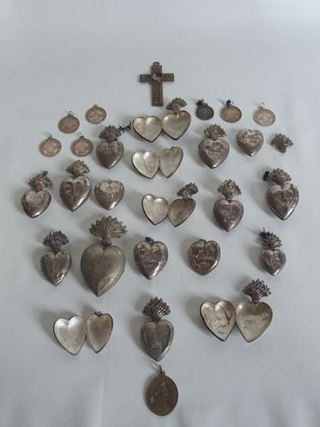 Ensemble d'objets de dévotion : 8 médailles, 19 coeurs de dévotion, 1 croix