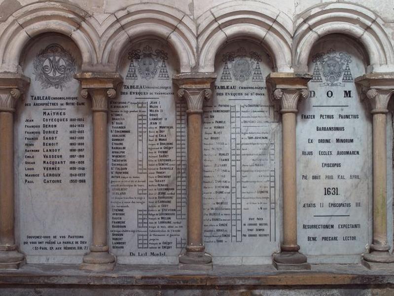 Ensemble : plaques commémoratives des archiprêtres de Notre-Dame, des évêques de Thérouanne, des évêques de Saint-Omer et évêques d'Arras ; mémorial de Pierre Paunet, évêque