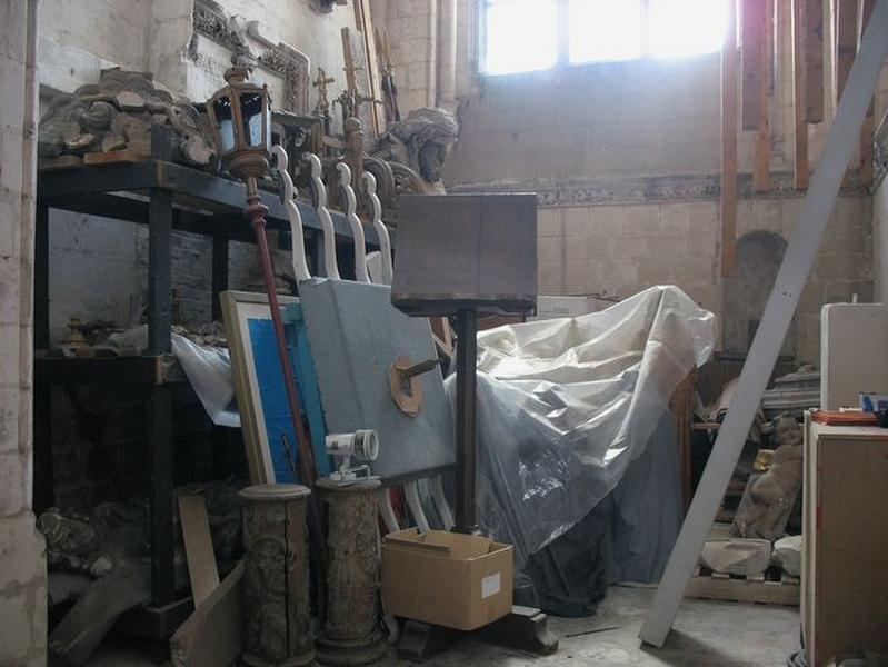 Objets non étudiés, conservés dans la 1ère chapelle du bas-côté sud (débarras)