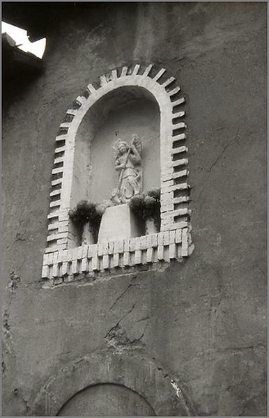haut-relief : saint Michel terrassant le dragon