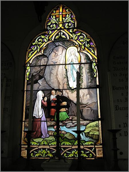 Ensemble de trois verrières historiées : Apparition de la Vierge à Bernadette Soubirous ; saint Pierre Fourier enseignant ; sainte Jeanne d'Arc bergère écoutant ses voix (baies 0 à 2)