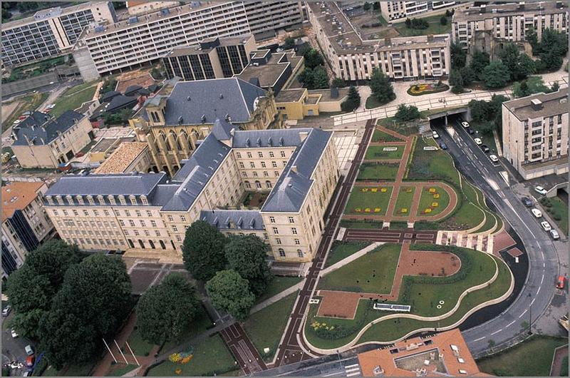 Abbaye de bénédictins Saint-Clément, puis collège de Jésuites, actuellement hôtel de région