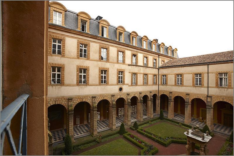 Cloître de l'abbaye de bénédictins Saint-Clément, puis du collège de Jésuites, actuellement de l'hôtel de région