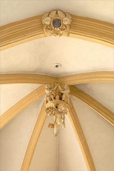 Ensemble d'éléments d'architecture : clé d'arc, clés de voûtes, chapiteaux