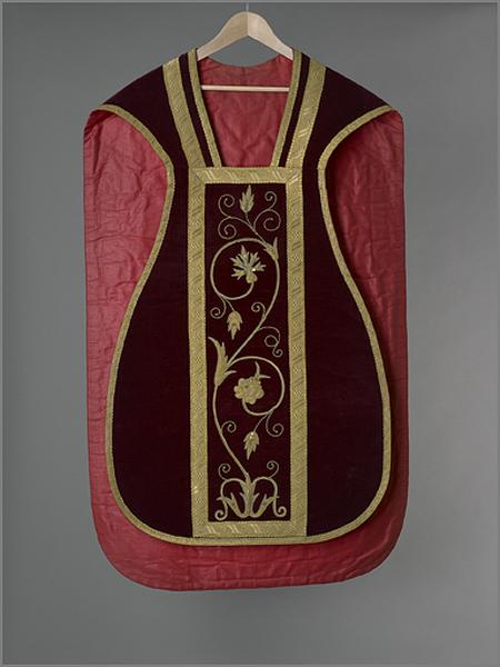 Ornement rouge : chasuble, voile de calice, bourse de corporal