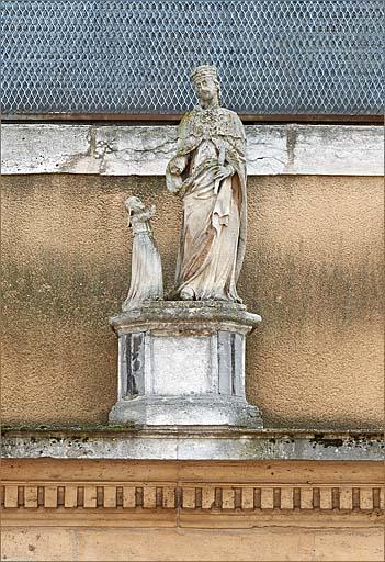 Groupe sculpté : sainte Elisabeth de Hongrie