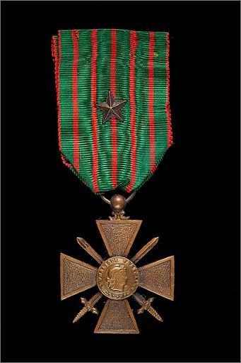 Ensemble de 2 médailles militaires : croix de guerre 1914-1918, médaille commémorative de la guerre 1939-1945