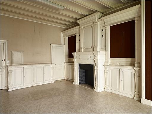 Ensemble du décor intérieur et du mobilier de la cuisine : cheminée, 3 placards-buffets, lambris de revêtement, plafond
