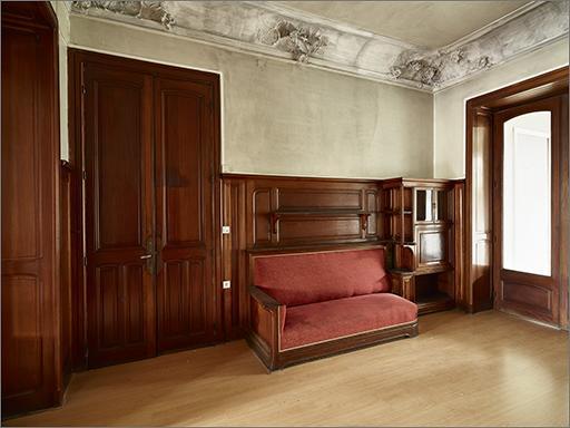 Ensemble du décor intérieur et du mobilier (pièce 0.4) : cheminée, 2 armoires-bibliothèques, banquette, secrétaire, 2 portes, plafond