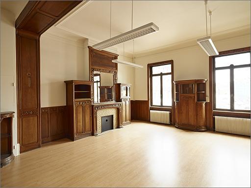 Ensemble du décor intérieur et du mobilier (pièce 0.3) au ' tulipier' : cheminée, 4 buffets, table d'applique, lambris de demi-revêtement, 3 portes
