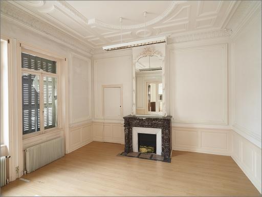 Ensemble du décor intérieur (pièce 0.2) : cheminée ; glace de trumeau ; lambris d'appui ; plafond