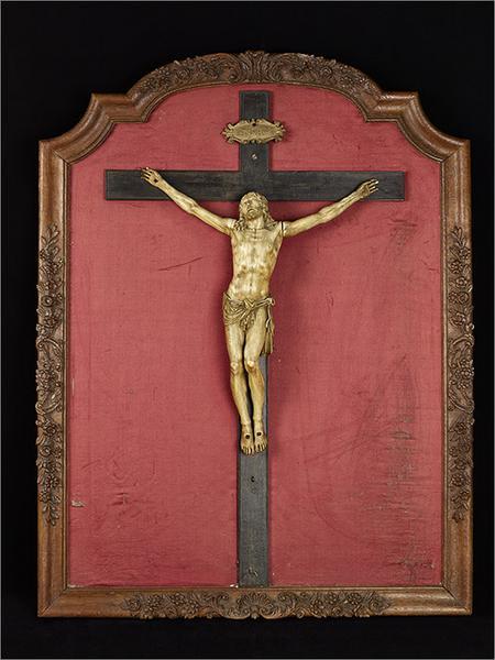 Statue encadrée du Christ en croix