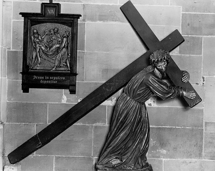 Statue : Christ portant la croix