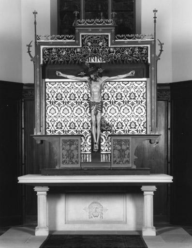 Autel protestant, retable, croix : de mobilier de temple, Christ en croix, style néo-gothique