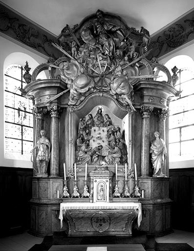 3 autels, 3 retables, tabernacle, 3 reliefs, haut-relief, 2 statues, (maître-autel, autel secondaire) : Cène, Nativité, Déploration, saint Sébastien, saint Pancrace, Dieu le Père
