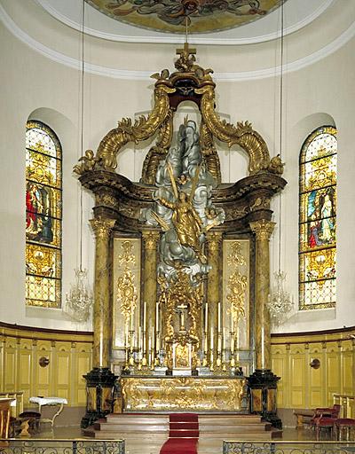 Autel, ciborium (baldaquin), tabernacle, croix d'autel, 12 chandeliers d'autel (maître-autel) : Vierge de l'Assomption, anges, trophées (à), motif rocaille (à)