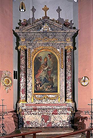 3 autels, 3 retables, tabernacle, 3 croix d'autel, 2 statues, 12 chandeliers (maître-autel, autels secondaires, de saint Jean Baptiste, du Rosaire et de saint Nicolas)