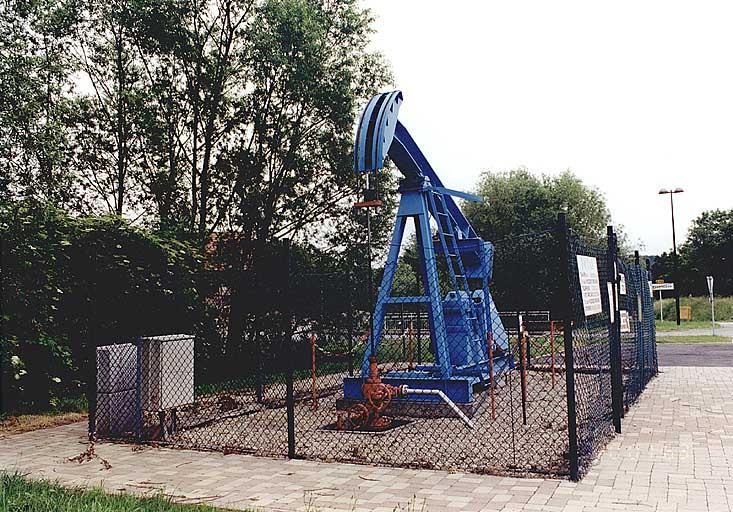 Pompe à balancier (H) d'un puits de pétrole