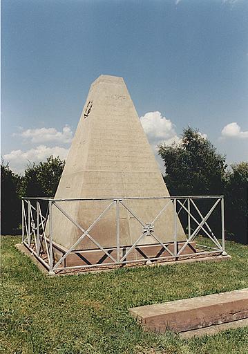 Monument commémoratif (T)