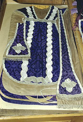 Chasuble, étole, manipule, voile de calice (ornement violet)