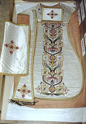 Chasuble, étole, voile de calice, bourse de corporal (ornement blanc)