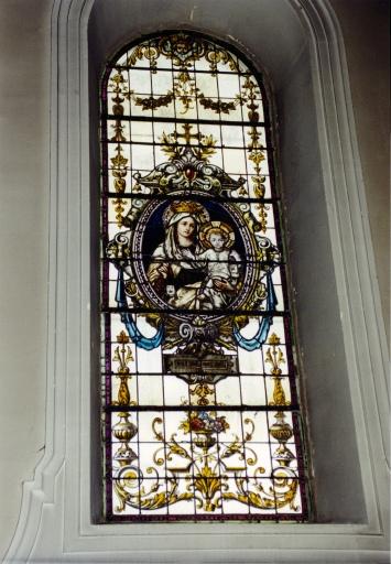 Vitrail de la nef représentant Notre Dame du Mont Carmel.