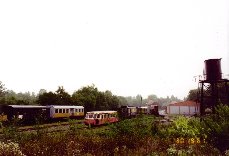 locomotive, wagon fourgon, wagon tombereau, ensemble de 4 voitures de voyageurs