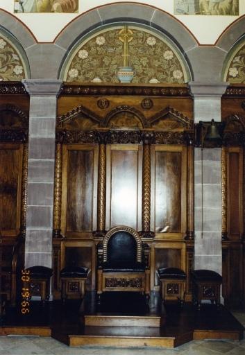 chaire à prêcher et ensemble de mobilier liturgique